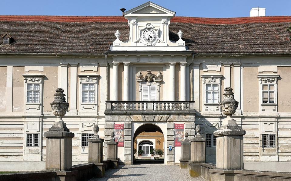 1200px-Rohrau_-_Schloss_Harrach_(1)[1]